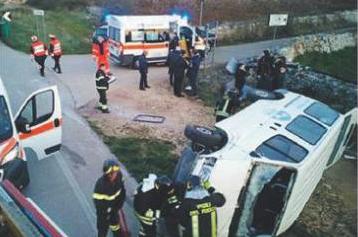 Il minibus si ribalta in uno scontro ferite sette giovani pallavoliste