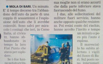 Carabiniere fuori servizio salva anziani da auto in fiamme. Il mezzo distrutto da esplosione.